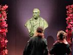Blick auf eine Büste von Alfred Nobel vor der Nobelpreisverleihung in der Konzerthalle in Stockholm am 10. Dezember 2010.