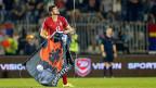 Stefan Mitrovic von der serbischen Nationalmannschaft mit der grossalbanischen Flagge, die mit einer kleinen Drohne auf das Spielfeld in Belgrad gelenkt wurde.