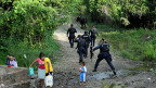 Die staatlichen Polizeibehörden auf der Strasse, die zu den Massengräbern nahe Iguala führt.