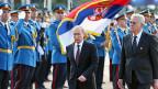 Russlands Präsident Putin und der serbische Präsident Nikolic bei der Inspektion der Ehrengarde in Belgrad.