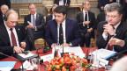 Russlands Präsident Wladimir Putin (link) mit Italiens Ministerpräsident Matteo Renzi (Mitte) und der ukrainische Präsident Petro Poroschenko (rechts) bei einem Treffen am Rande des Europa-Asien-Gipfels (Asem) in Mailand am 17. Oktober 2014.