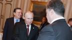 Russlands Präsident Wladimir Putin (links) und der ukrainische Präsident Petro Poroschenko geben sich die Hand am Europa-Asien-Gipfel (Asem) in Mailand am 17. Oktober 2014.
