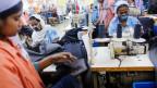 Arbeiterinnen nähen Kleidung in einer Textilfabrik. Beim Zusammensturz einer Fabrik in Bangladesch im April 2013 wurden 1'132 Arbeiter und Arbeiterinnen getötet.