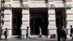 Passanten vor der Bank Monte dei Paschi in Siena