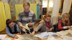 Stimmen zählen in einem Wahllokal in der ukrainischen Hauptstadt Kiew.