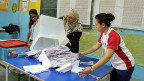 Stimmenzählerinnen in einem Wahllokal in Tunis.