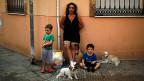 In Spanien haben wegen der Finanzkrise viele Familien ihre Wohnungen verloren. Sie konnten ihre Hypthekarschulden nicht mehr bezahlen - und wurden obdachlos. Bild: Eine junge Spanierin mit ihren Kindern, nach der Räumung ihrer Wohnung. Malaga 2013.