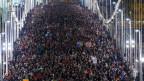 Tausende marschieren in Budapest, Ungarn, über die Elisabethbrücke während einer Protestaktion gegen neue Steuer auf Internet-Datenübertragungen am 28. Oktober 2014.