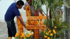 Männer am Grab eines der ermordeten Jugendlichen in Iguala