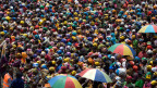 Mit freiwilliger Familienplanung gegen die Überbevölkerung? Menschenmenge in Kongo.