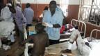 Verletzte des Anschlags werden im Spital von Potiskum verarztet.