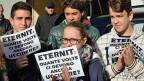 Angehörige der Asbest-Opfer vor dem obersten Gerichtshof in Rom. Auf den Flyern steht: «Eternit: Wie oft müssen sie uns noch töten?»
