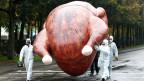 Umweltaktivisten demonstrieren mit einem riesigen aufblasbaren Huhn gegen «Chlor-Hühner». Der Protest richtet sich gegen das geplante Freihandelsabkommen TTIP mit den USA und Kanada.