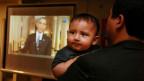 Christian Ramirez mit seinem neun Monate alten Sohn Diego, während  der amerikanische Präsident den Abschiebe-Stopp für Millionen illegaler Einwanderer verkündet.