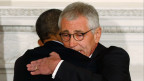 US-Präsident Barack Obama (links) umarmt VerteidigungsministerChuck Hagel nach der Ankündigung von Hagels Rücktritt im Weissen Haus in Washington, 24. November 2014.