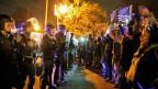 Demonstranten und Polizei stehen sich gegenüber. Ferguson, Missouri, USA, 24. November 2014.