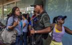 Kundinnen in Caracas beschweren sich bei Nationalgarde über lange Schlangen vor einem Supermarkt