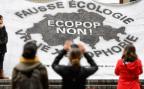 Ein Transparent an einer Abstimmungskundgebung gegen die Ecopop-Initiative