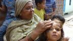 Im kleinen Attal Ayub Slum laust Zora Bi ihr Enkelkind. Ihre 2-jährige Nichte starb im Chemie-Unfall und als sie eineinhalb Jahre später selbst ein Kind gebar, habe das erst nach drei Jahren die Augen geöffnet.
