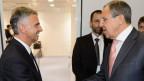 Der OSZE-Vorsitzende Didier Burkhalter (links) begrüsst den Russischen Aussenminister Russian Sergei Lavrov.