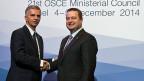 Didier Burkhalter, links und Serbiens Außenminister, Ivica Dacic, rechts, schütteln sich die Hände.