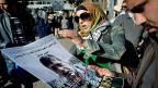 Vor dem grössten Spital in Ramallah wird auf Plakaten der Tod des palästinensischen Ministers Ziad Abu Ain bekanntgemacht.