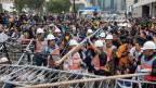 Barrikaden der prodemokratischen Demonstranten werden weggeräumt.