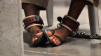 Ein an den Füssen gefesselter Häftling im Hochsicherheitsgefangenenlager in Guantanamo Bay.