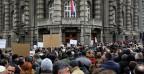 Serbische Anwälte demonstrieren vor einem Regierungsgebäude (27.11.2014).