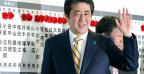 Japans bisheriger Premier Shinzo Abe kann weitere vier Jahre regieren.