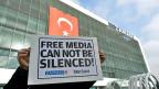 «Freie Medien können nicht zum Schweigen gebracht werden», steht auf demPlakat eines Demonstranten in Istanbul.