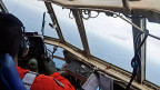 Ein Pilot der indonesischen Luftwaffe auf einem Suchflug.