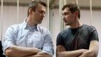 Alexej Nawalny mit seinem Bruder Oleg. Im Gegensatz zu seinem prominenteren Bruder hat Oleg eine unbedingte Haftstrafe erhalten.