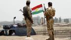 Kurdische Sicherheitskräfte an einem Kontrollpunkt am Stadtrand von Kirkuk.