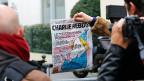 Ein Reporter fotografiert das Titelblatt der neuesten Nummer von «Charlie Hebdo» .