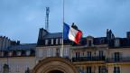 Nach dem Schock die Trauer: Am Tag nach dem Attentat auf «Charlie Hebdo» wehen französische Fahnen auf Halbmast; hier beim Elysée-Palast in Paris.