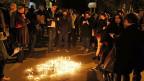 Auch in Tunis haben sich am Mittwoch Abend viele Menschen zu einer Trauerkundgebung zusammengefunden. «Der Terrorismus meuchelt die Freiheit und versetzt dem Islam einen Stich ins Herz» lautet die Schlagzeile in einer tunesischen Zeitung.