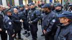 Der französische Innenminister Cazeneuve begrüsst Polizeikräfte im jüdischen Quartier in Paris. Die massiven Sicherheitsvorkehrungen im Kampf gegen den Terror lassen auch Prominente um die Freiheit fürchten, die Freiheit der Bürgerinnen und Bürger.