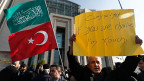 Islamisten protestieren vor der Zeitungsredaktion, die vier Seiten aus der Satire-Zeitschrift «Charlie Hebdo» abgedruckt hat.