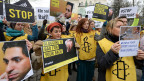 Menschen protestieren vor der saudischen Botschaft in Wien am 16. Januar 2015 gegen die Auspeitschung des saudischen Blogger Raif Badawi.