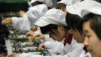 Chinesische Arbeiterinnen in einem IT-Produktionsunternehmen. Peking will in Zukunft hin zu einer werthaltigeren Produktion.