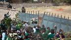 Pausenplatz und Fussballfeld  einer Schule in Nairobi wurden während der Weihnachtsferien gestohlen -  eingezäunt und durch eine hohe Mauer von der Schule abgetrennt. Ein in Kenia typischer Fall von Landraub.