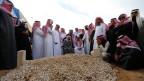 Trauergäste versammeln sich um das Grab von König Abdullah nach seiner Beerdigung in Riad am 23. Januar 2015.