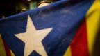 Unterstützer der Unabhängigkeit Kataloniens mit einer katalonischen Flagge.
