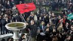 Syriza-Anhängerinnen und -Anhänger in der griechischen Hauptstadt Athen feiern schon kurz nach Schliessung der Wahllokale.