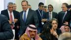 Der russische Aussenminister Sergei Lawrow (2. v.l. hinten) mit Teilnehmern am inter-syrischen Dialog in Moskau.