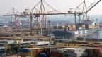 Der Containerhafenn von Piräus. Nach den Privatisierungsuaflagen der Troika sollte der Hafen von Piräus ganz verkauft werden - nicht nur das Vontainerterminal, sondern auch Personen- und Autoterminal.