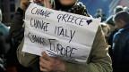 Eine Unterstützerin der griechischen Syriza hält ein Plakat, auf dem steht: «Change Greece. Change Italy. Change Europe»
