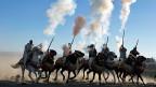 Ein halbes Dutzend Männer in traditionellen Gewändern auf Pferden feiern den Jahrestag der marokkanischen «Marche Verte» im Jahr 1975.