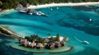Luftbildaufnahme auf ein Ferien-Resort auf den Malediven. Die Schönheit dieses Ferienparadieses scheint gefährdet durch die Gier nach Öl.